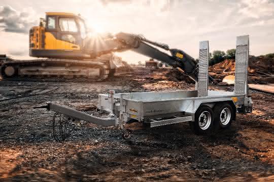 Humbaur bietet Tieflader, Kipper, Kieskipper und Baumaschinen-Transportanhänger