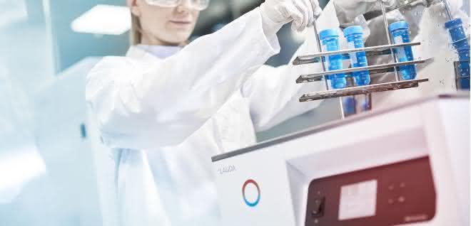 Labormitarbeiterin setzt Proben in ein Hydro-Gerät ein.