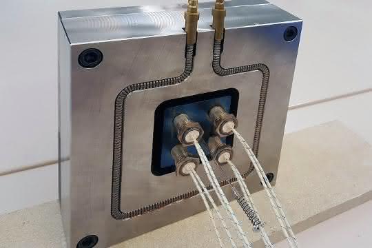 Dank der reversiblen Biegsamkeit des Temperierkanals können Kühl- und Heizkanäle in den Werkzeugen frei layoutet werden. Konturnahe Verlegemuster mit engen Radien lassen realisieren.