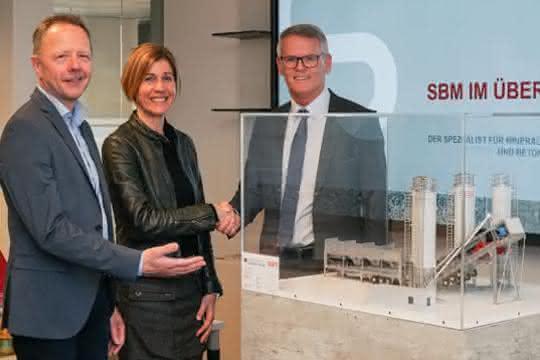 SBM Mineral Processing spendet Lehr-Modell an Berufsschule