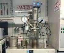 Stahlreaktor im Labor