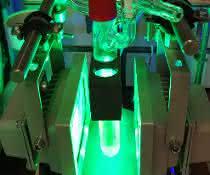 Kolben mit Titan-Katalysator, bestrahlt mit grünem Licht