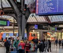 Bahnhof mit vielen Menschen