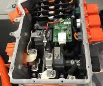 Anschluss- und Steckerverbinder in der Leistungselektronik aus orange eingefärbten Materialien.