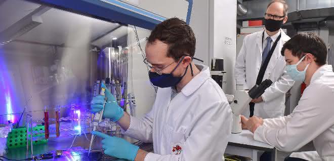 Florian Küllmer, Prof. Dr. Hans-Dieter Arndt und Veselin Nasufovic im Labor der Universität Jena