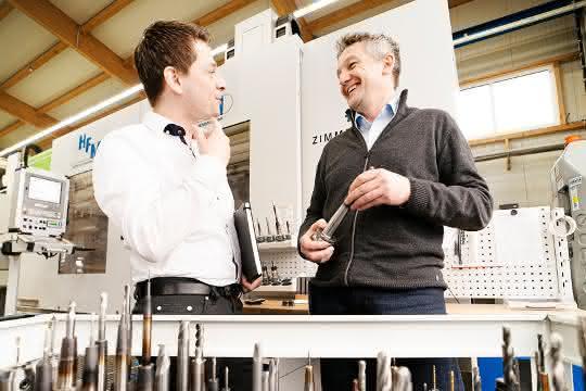 Tomek Kawala, Tebis Consulting, links im Bild im Gespräch mit Berthold Sautter, Projektleiter Werkzeugbau bei HFM