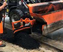 Neue Material-Verteilschaufel: Asphalt effizient verfüllt