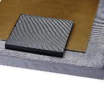Als Standard werden glasfaserverstärktes PEI sowie kohlefaserverstärktes PC und PPS angeboten. Andere Material- und Faserkombinationen, Gewebearten oder individuelle Lagenaufbauten werden auf Anfrage gefertigt.