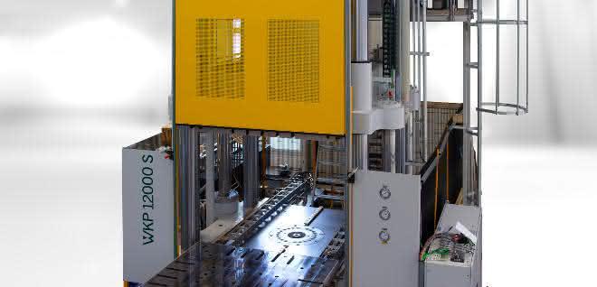 Die Oberkolbenpresse fertigt Composites mit maximal 72 Stunden Zykluszeit und 4000Kilonewton Öffnungskraft.