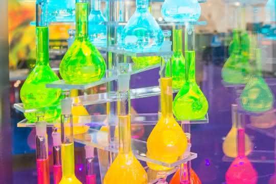 Viele Glaskolben mit Flüssigkeiten in verschiedenen Farben gefüllt (Teil einer Ausstellung)