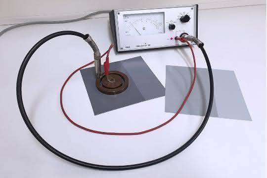 Messung des Oberflächenwiderstands an lackierter PVC-Bahnenware