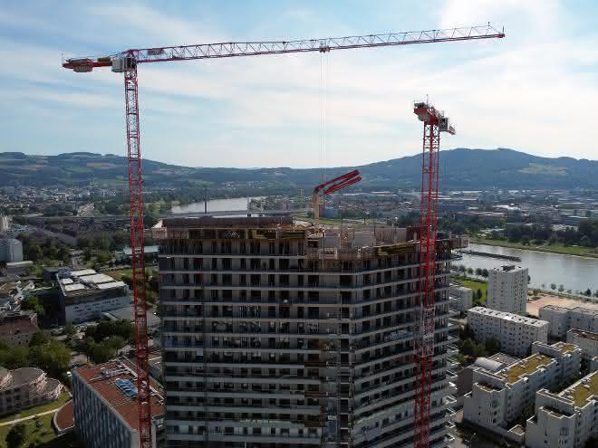 Drei Wölffe bauen den Bruckner Tower in Linz