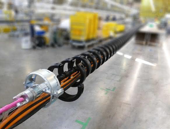 Tonnenschwere Leitungen mit igus Energiekette führen