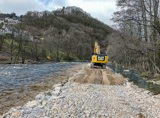 Baustraße direkt im Flussbett