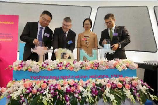 Hochranginge Vertreter aus Politik und Führungskräfte von Merck beim Befüllen der Buchstaben TANC (Technology Application Network China) mit Merck-Pigmenten. (Bild: Merck)