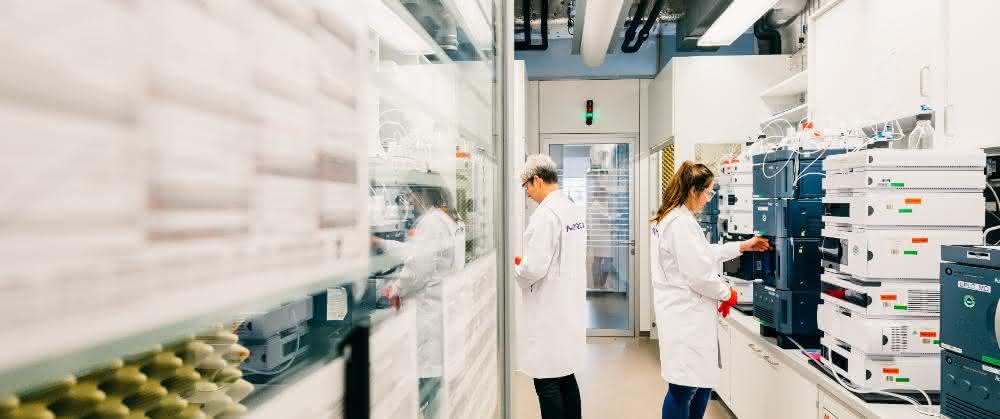 Blick in ein Labor mit instrumenteller Analytik