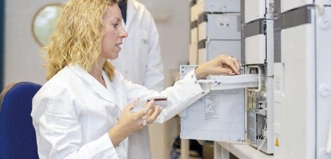 Dr. Daniela Weber mit Blutproben an einem Hochleistungsflüssigkeitschromatographie-System.