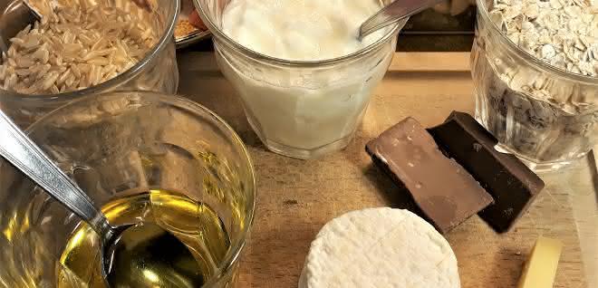 Verschiedene Lebensmittel (Käse, Schokolade, Haferflocken etc.)