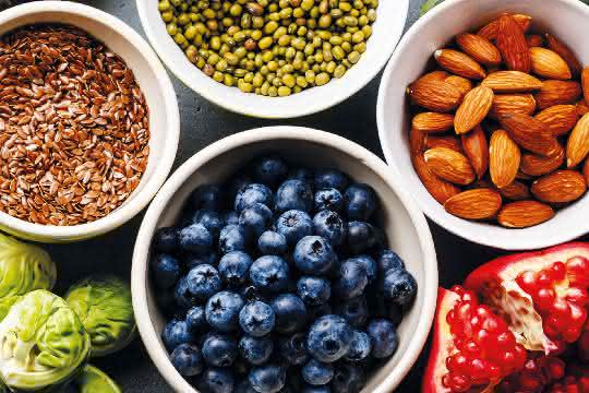 verschiedene Früchte, Nüsse, Rosenkohl