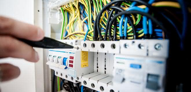 Elektrische Prüfungen vor dem Wiederanlauf einer Produktionsanlage