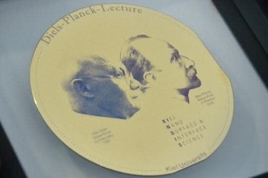 Diels-Planck-Medaille. Auf ihr sind die Nobelpreisträger Max Planck und Otto Diels zu sehen.