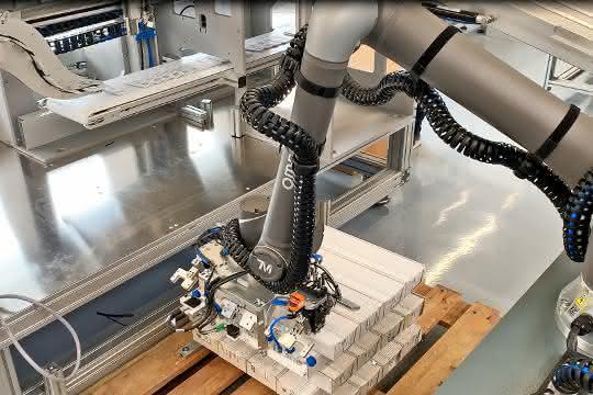 MRK-Projekt von Omron und Kraus: Der Cobot reicht den Beipackzettel