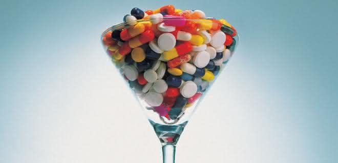 Cocktailglas mit Vitamintabletten