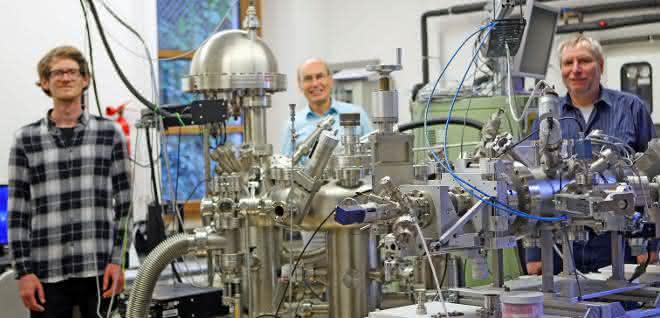 Stefan Schröder, Professor Franz Faupel und Wissenschaftlicher Mitarbeiter Dr. Thomas Strunskus im Labor