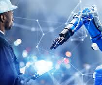 Roboterarm und Mensch mit Arbeitsschutzhelm