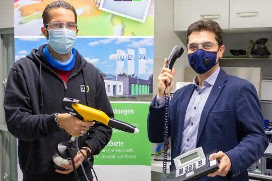 Antimikrobielle Pulverbeschichtung von Kunststoffen –Andreas Rank, wissenschaftlicher Mitarbeiter am EZD (links) und  Felipe Wolff-Fabris, EZD-Leiter