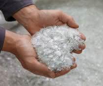 rPET Flakes sind das Ausgangsmaterial für klimaneutrales rPET.