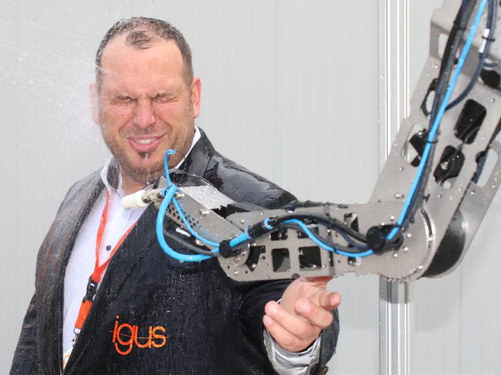 Igus-Roboter robolink trotzt Spritzwasser