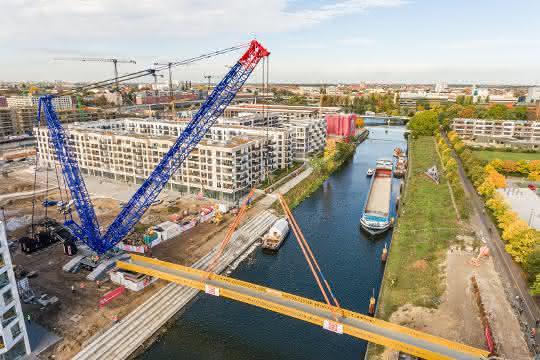Raupenkran verbindet Berliner Stadtteile Moabit und Mitte