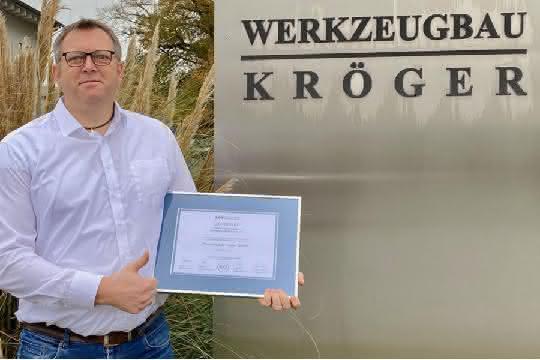 Von links: Das Führungsteam der Weisser Spulenkörper, Geschäftsführer Hans-Jürgen Kröger und Verantwortliche beim GHD Präzisions-Formenbau.