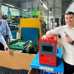 Produktion der Schlauchelemente Maxiflex – Jörg Bruder (links) und Memo Ljatifi.