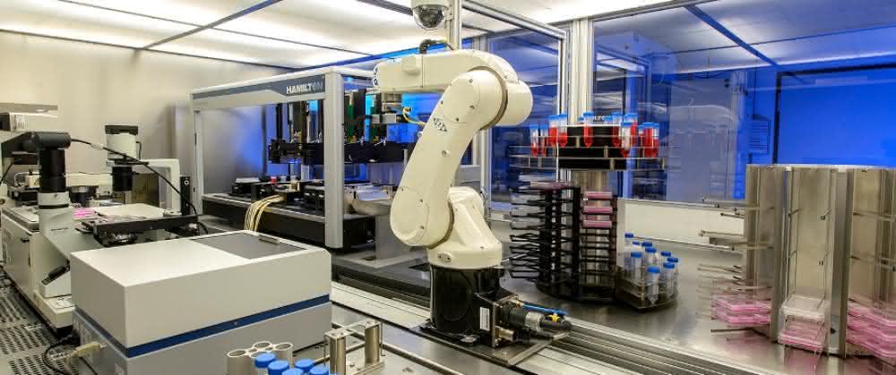 Blick in den Raum der automatisierten Herstellung (mit Roboterarm)