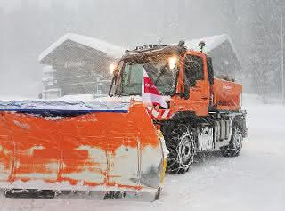 Im Kampf gegen den Schnee: Unimog im Winterdienst