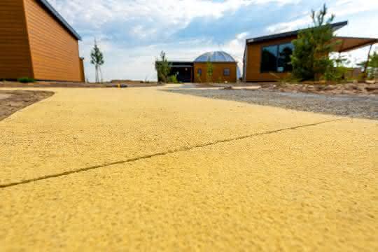 Ein Wegenetz aus gelbem Farbbeton
