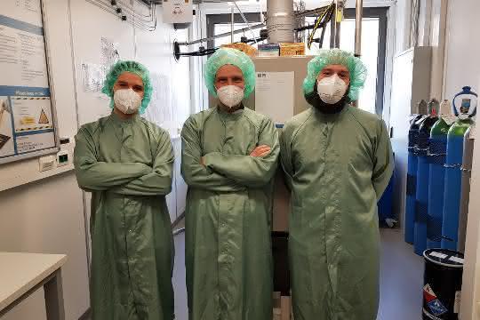 Jonas Hafner, Ulrich Schmid und Michael Schneider in Laborkleidung