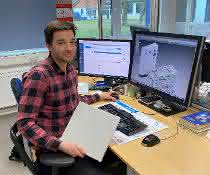 Konstrukteir Matthias Luig am Arbeitsplatz