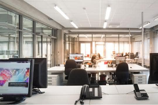 Büro mit Computer-Arbeitsplätzen