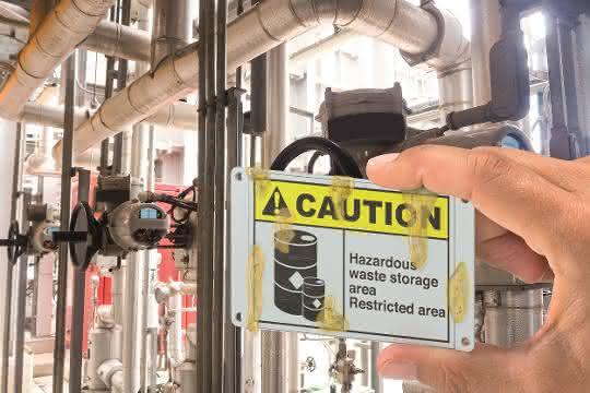 Schild aus Edelstahl mit Beschriftung Caution