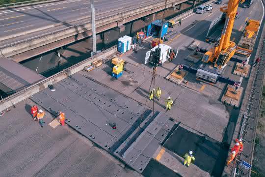 Modulares Überbrückungssystem: Stahlplatten auf der Autobahn