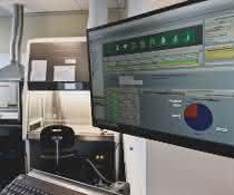 Computerbildschirm in Laborbereich
