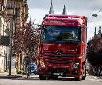 Mehr Sicherheit im Straßenverkehr: Mehr Lkw mit einem Abbiege-Assistenten von Mercedes-Benz Trucks nachrüstbar