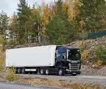 Besucher testen Scania-Lkw mit Trailern von Krone
