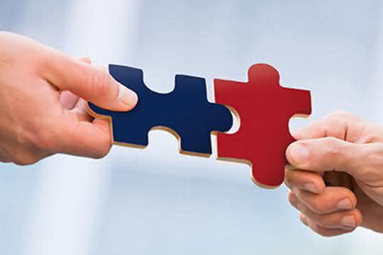 Zwei Puzzleteile werden zusammengeführt