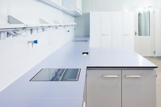 Lange Laborbänke