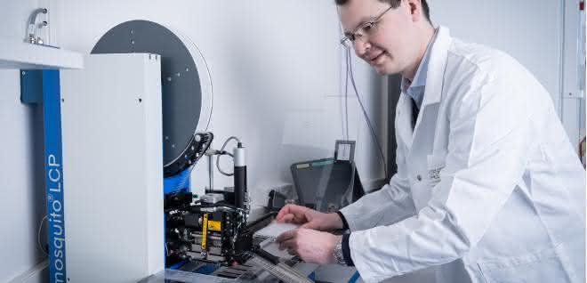 Tobias Mühlethaler in der Kristallproduktionsstätte des PSI