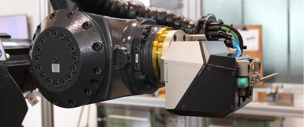 An Industrieroboter angedocktes Basismodul R-C2